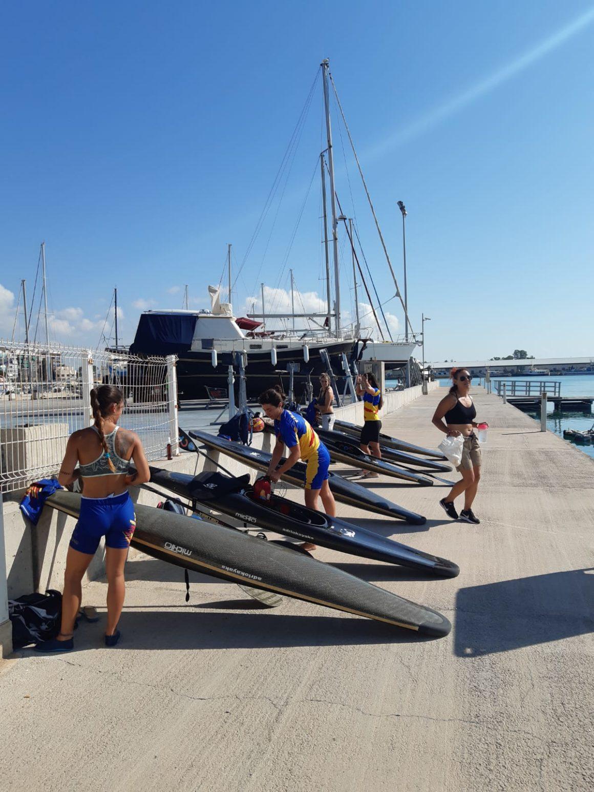 L'equip autonòmic femení de caiac pol es concentra de nou després del confinament en la Marina Burriananova